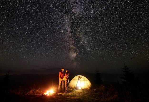 Romantyczna para turystów w nocy camping