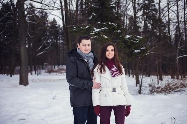 Romantyczna para uśmiecha się