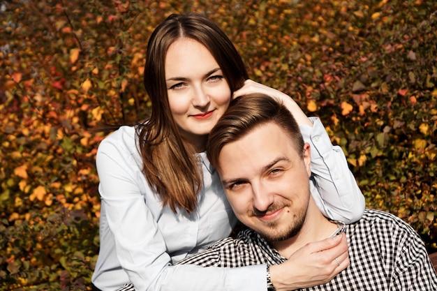 Romantyczna para w parku jesień - słoneczny dzień - koncepcja miłości, relacji i randek
