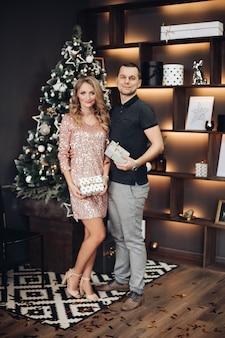 Romantyczna para z szampanem na boże narodzenie nowy rok