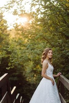 Romantyczna para zakochanych spaceruje po górach i lesie
