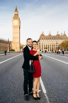 Romantyczna para zakochanych stoi na westminster bridge z big benem w tle, podróżuje po londynie w wielkiej brytanii