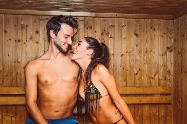 Romantyczna para zakochanych zabawy relaks w spa. pojęcie o miłości, ludziach, opiece zdrowotnej i stylu życia