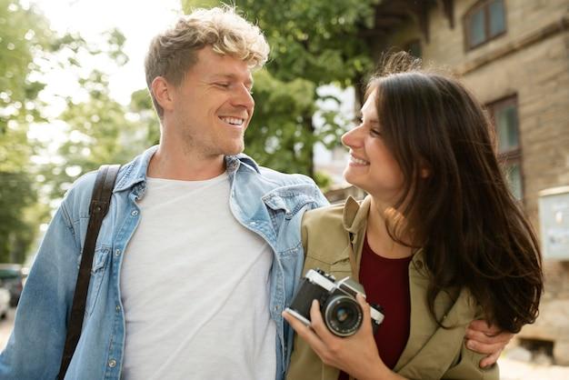 Romantyczna para ze średnim strzałem z aparatem