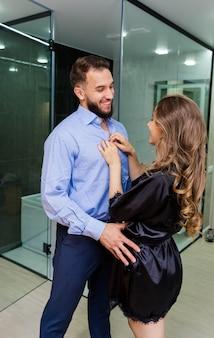 Romantyczna para zmysłowy zakochana europejska para heteroseksualna całuje
