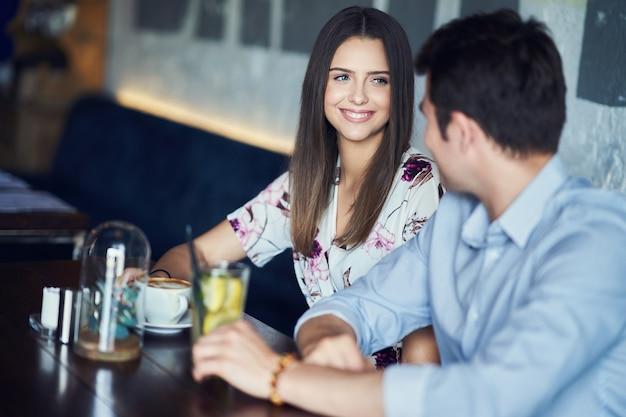Romantyczna randka dla par w pubie