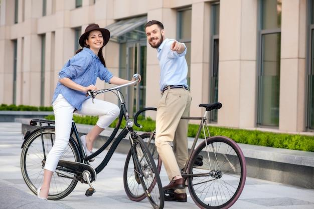 Romantyczna randka młodej pary na rowerach