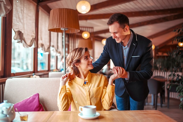 Romantyczna randka pary miłości w restauracji. mężczyzna w garniturze przytula piękną kobietę