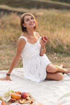 Romantyczna randka z piękną dziewczyną. wieczorny piknik w malowniczym, niezamieszkanym miejscu.