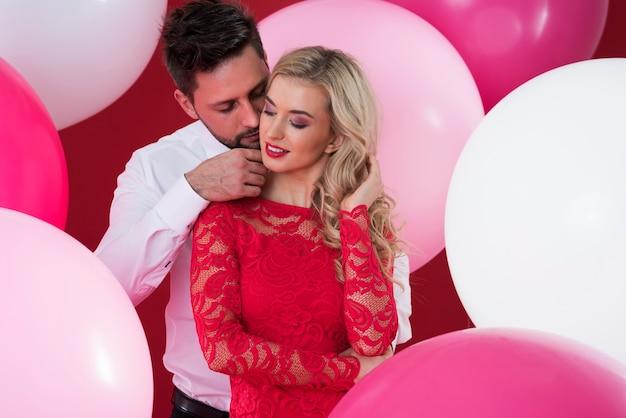 Romantyczna scena młodej pary