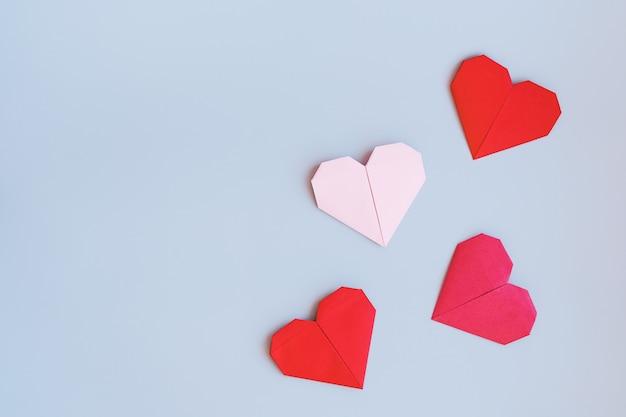 Romantyczna ściana z serduszkami wykonana na zasadzie papieru origami