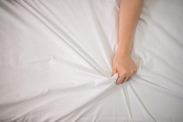 Romantyczna szczęśliwa para w łóżku, ciesząc się zmysłową grę wstępną.