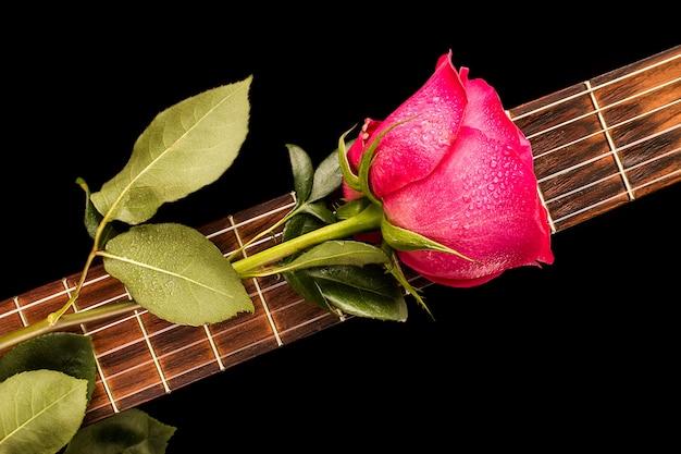 Romantyczne czerwone róże na gitarze, miłość