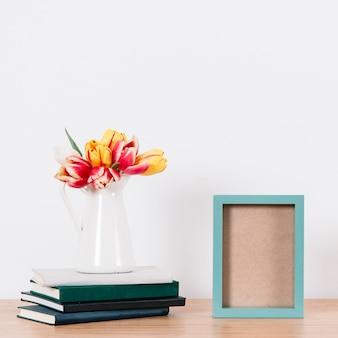 Romantyczne kwiaty i niebieska ramka