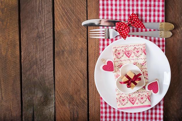 Romantyczne nakrycie stołu na walentynki w rustykalnym stylu. widok z góry