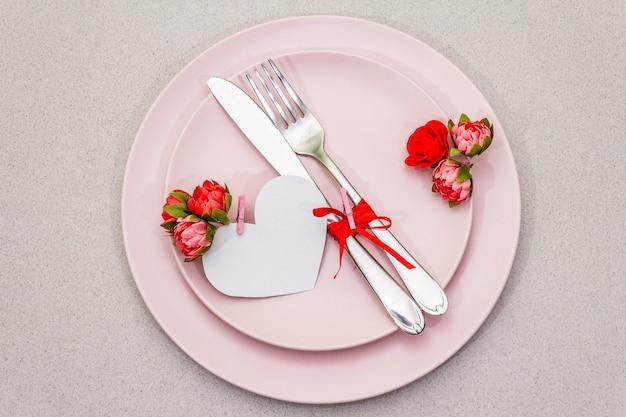Romantyczne nakrycie stołu na walentynki