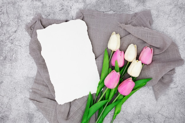 Romantyczne powitanie z tulipanami na szarym marmurze