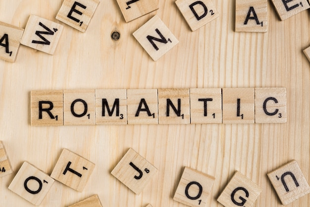 Romantyczne słowo na drewnianych płytkach