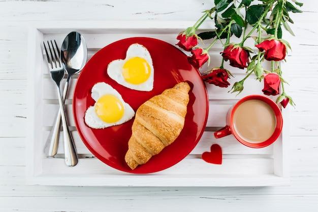 Romantyczne śniadanie na drewnianej tacy