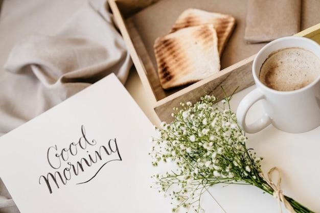Romantyczne śniadanie w łóżku