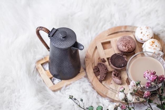 Romantyczne śniadanie z filiżanką gorącego napoju i czajnikiem