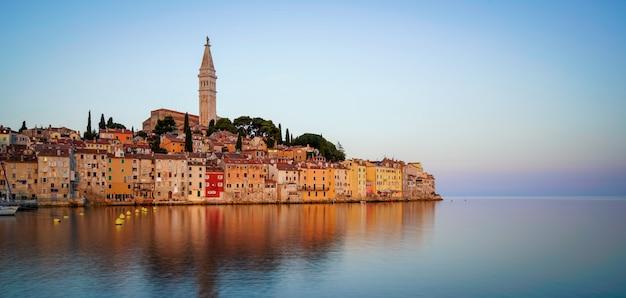 Romantyczne stare miasto rovinj w chorwacji, europa.
