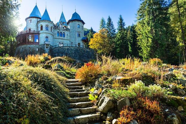 Romantyczne zamki valle d'aosta, bajkowy zamek savoia. północ włoch