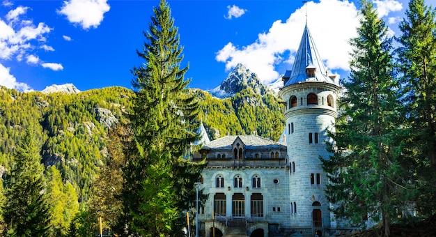 Romantyczne zamki valle d'aosta w alpejskich górach
