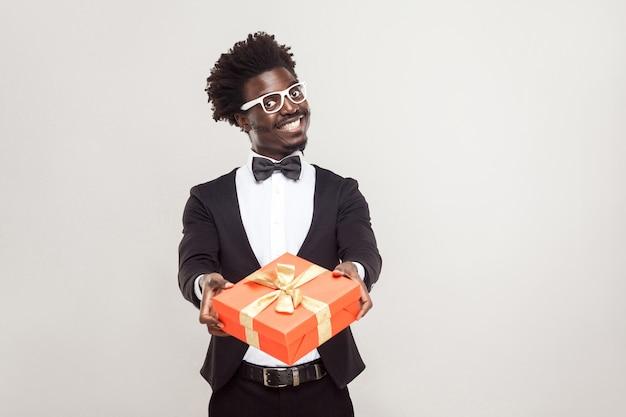 Romantyczny biznesmen afryki wyświetlono pudełko na walentynki. strzał studio.