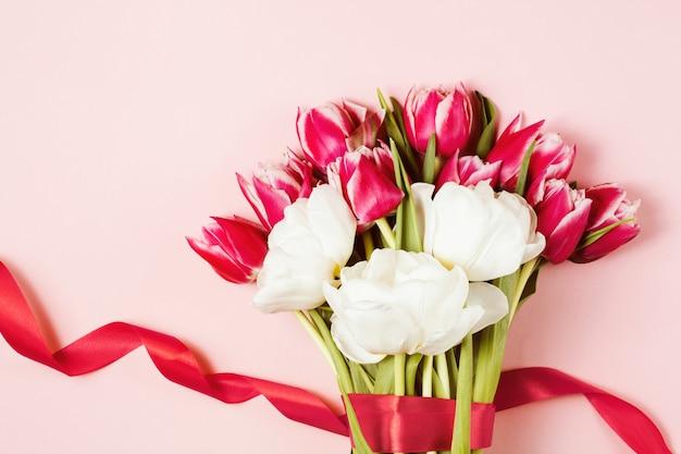 Romantyczny bukiet różowych kwiatów