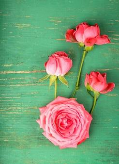 Romantyczny kwiatowy tło ramki różowe róże na drewnianym tle.