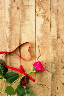 Romantyczny kwiecisty ramowy tło, walentynki dnia tło / różowe róże na drewnianym tle
