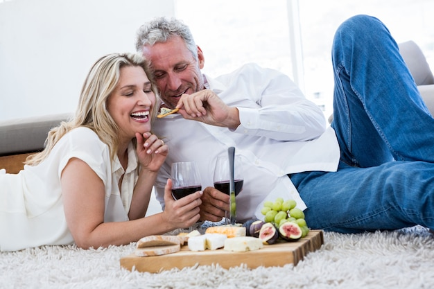 Romantyczny mężczyzna karmienia kobiety