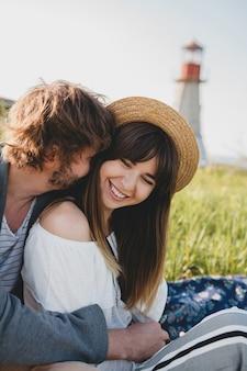 Romantyczny młody hipster para w stylu indie w miłości, spacery na wsi, latarnia morska na tle, wakacje