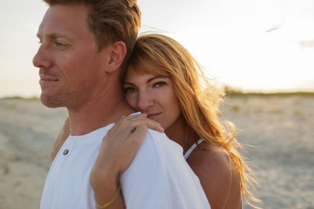 Romantyczny nastrój. czerwona głowa kobieta raduje lato ze swoim mężem.