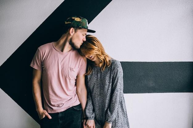 Romantyczny pocałunek dwojga kochanków w mieście / młoda szczęśliwa para