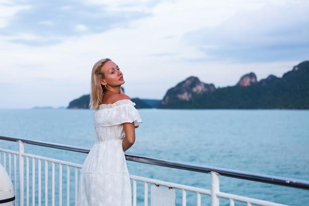 Romantyczny portret kobiety w białej sukni żeglowania na dużym promie łodzi