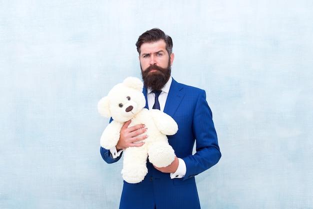 Romantyczny prezent. mężczyzna nosić krawat smokingowy trzymać pluszową zabawkę. międzynarodowy dzień kobiet. niespodzianka roztopi jej serce. romantyczna niespodzianka pluszowego misia. dawanie to przyjemność. walentynkowa niespodzianka. baw się zabawką.
