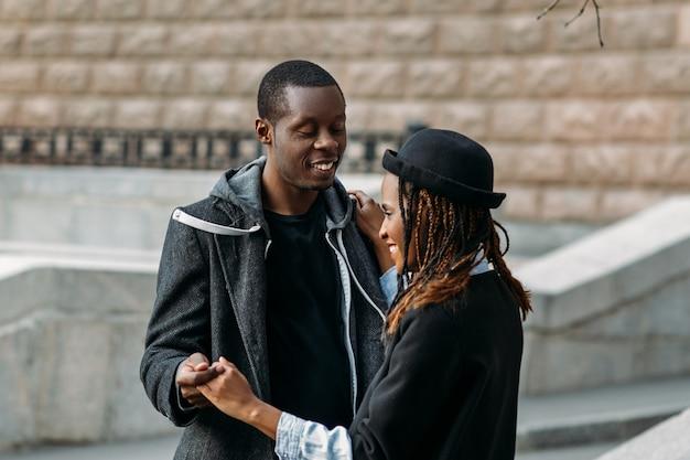 Romantyczny taniec na świeżym powietrzu. szczęśliwa para miłości. afroamerykanie radośni ludzie, rocznica związków, styl uliczny