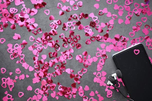 Romantyczny tło. pojęcie miłości i relacji. figury w kształcie serca na ciemnym tle. karta na walentynki.