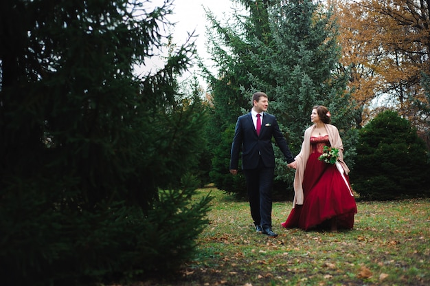 Romantyczny uścisk nowożeńców. para idzie w parku