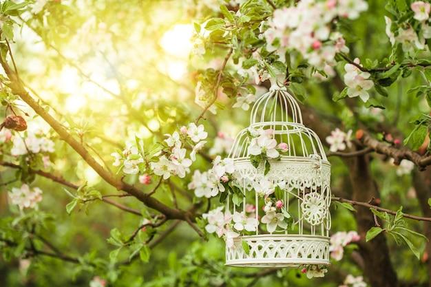 Romantyczny wystrój klatki dla ptaków