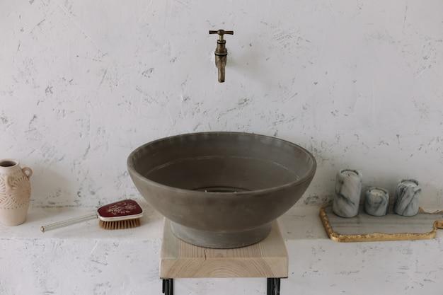 Romantyczny wystrój wnętrza łazienki w stylu vintage w stylu vintage z drewnem i betonem