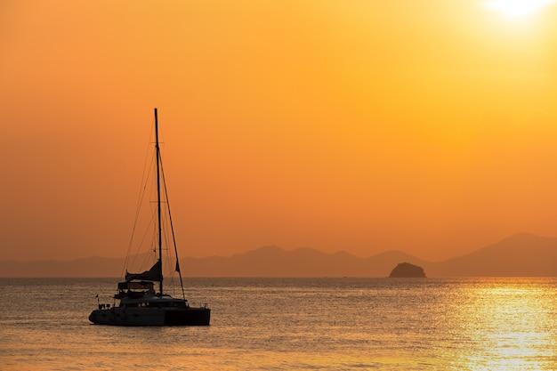 Romantyczny zachód słońca na brzegu tropikalnej wyspy. koh chang lub prowincja krabi. tajlandia.