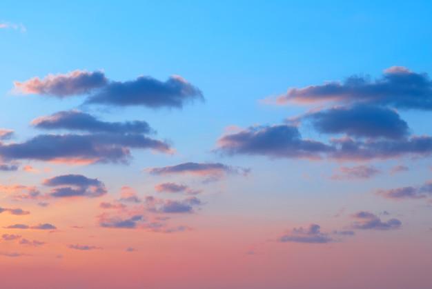 Romantyczny zachód słońca z pięknymi niebieskimi, czerwonymi i żółtymi chmurami.