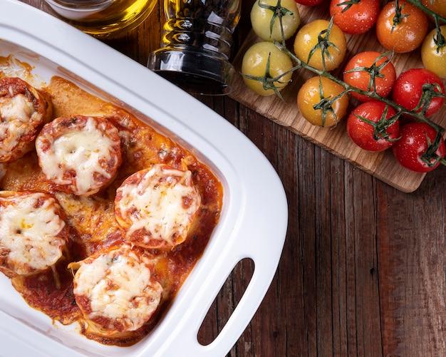 Rondelli, tradycyjne danie makaronowe z kuchni włoskiej. z sosem pomidorowym i parmezanem. skopiuj miejsce