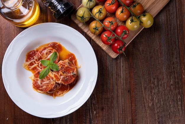 Rondelli, tradycyjne danie makaronowe z kuchni włoskiej. z sosem pomidorowym i parmezanem. widok z góry. skopiuj miejsce