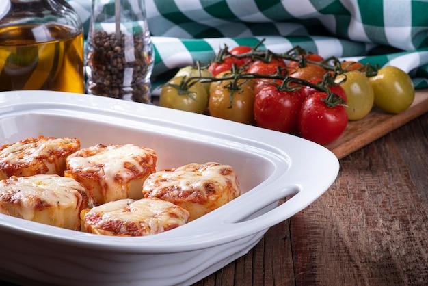 Rondelli, tradycyjne danie makaronowe z kuchni włoskiej. z sosem pomidorowym i parmezanem