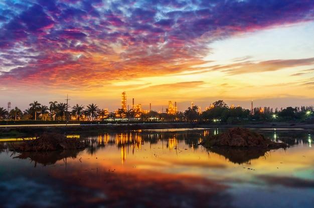 Ropa i gaz rafinerii industrail roślina w zmierzchu czasie