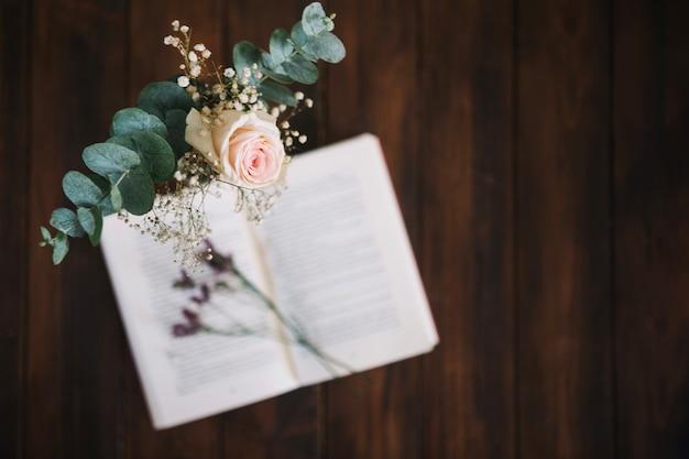 Rose blisko książki